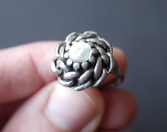 Chunky metal ring with chain pattern and mother of pearl centre