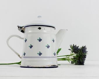 Vintage enamel coffee pot. Vintage coffee pot. Coffee pot. French vintage. Vintage enamel. Farmhouse decor. White coffee pot, White Enamel,