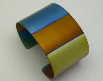 Titanium bracelet, titanium cuff, anodized titanium. Geanodiseerd titanium armband.