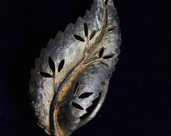 Vintage gold tone leaf brooch