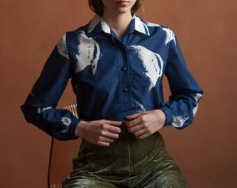 70s fish print shirt / novelty print blouse / navy blue shirt / s / m / 2491t