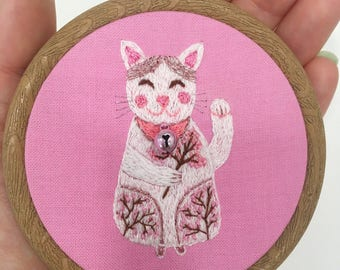 Lucky cat embroidery. Hand embroidery hoop wall art - White Maneki neko with sakura blossom. Cat wall art. Embroidery wall hanging.