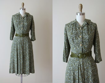 1940s Dress - Vintage 40s Dress - Green Linen Rayon Paisley Swing Dress w Lucite and Brass M - East West Dress