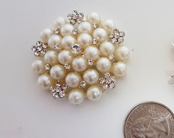 Pearls brooch on the wedding card box.