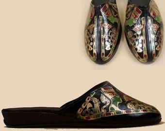 70s 80s Vtg Black Patent Leather Egyptian QUEEN Nefertiti Painted Slides / Mule Slip On Flats Pointed Slipper 9 9.5 Eu 40 41