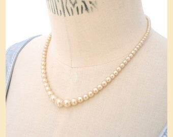 Vintage 1950s necklace with faux pearl beads, graduated single strand cream necklace with box clasp fastening