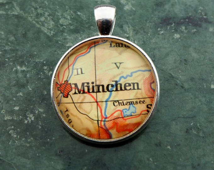 NECKLACE or KEYCHAIN, Germany, MUNICH, Oktoberfest, Pendant, Ø 1 inch, nickle free steel, Cabochon, Glass, Atlas, Vintage, Jewelry