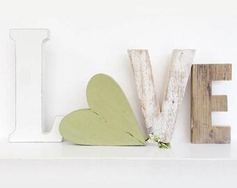 Scritta LOVE in legni di recupero e cuore verde
