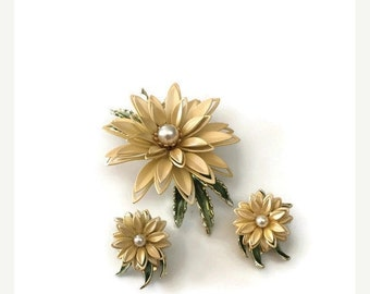 vintage brooch. clip on earrings, daisy earring. daisy brooch. enamel brooch. clip on earring. yellow daisies. gift for her. vintage earring