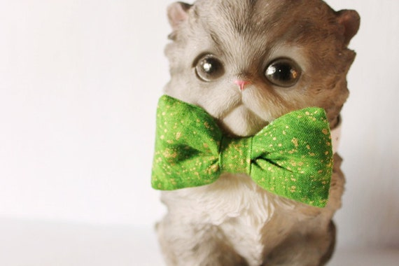 Bow tie cat collar >> Small dog bow tie >> Green and gold Christmas bow tie, white leather strap and silver buckle >> Pet gift
