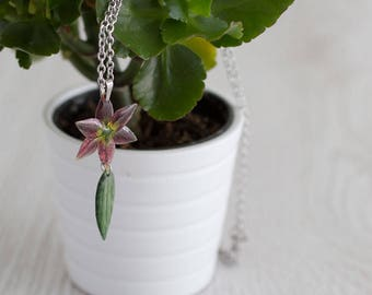 Lily with leaf necklace. Comes in a gift box.