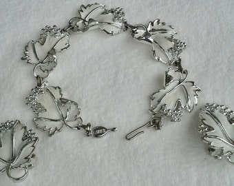Vintage Sarah Coventry  set of bracelet and a pair of clip on earrings in  silver tone an white enamel