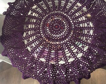 Round table cloth, made from thick yarn