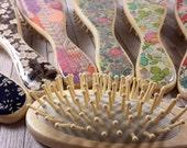 Brosse à cheveux en bambou naturel et liberty