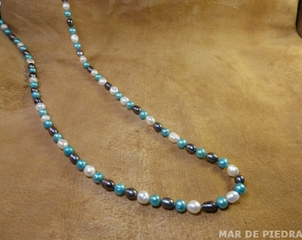 Long pearls necklace.