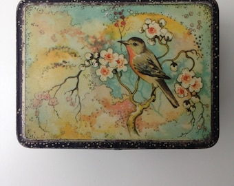 Old Tin with bird on bloesemtak