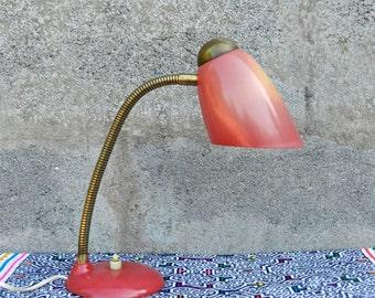 Lampe vintage col de cygne laiton et plastique rouge