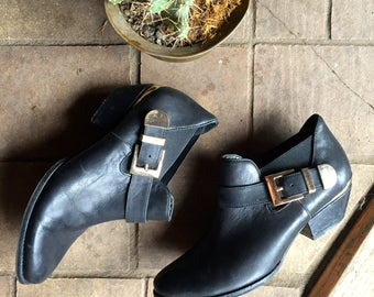 Gorgeous Vintage Black leather motorcycle boots//ankle boots//chelsea boots//gold buckle//size 6.5