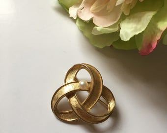 Vintage 50's Swirls with faux pearl brooch