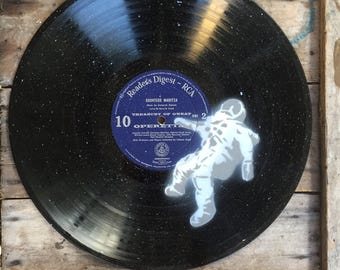 Lost astronaut - Spray paint wall art on vinyl - Vanilla