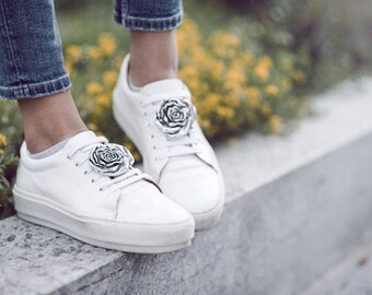 Rose-SneakerBug I Silber, das Trend-Accessoire - eine Brosche für deine Schuhe!