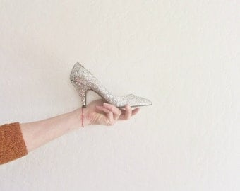 silver sparkle heels . metallic glitter pumps . pointed toe evening shoes .womens size 5