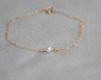 Single pearl bracelet. 14K Gold Filled bracelet. Tiny pearl bracelet. Dainty bracelet. Swarovski pearl. Delicate Gold bracelet. Bridesmaid.