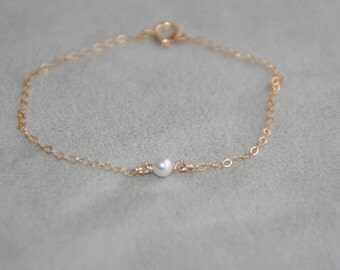 Single pearl bracelet. 14K Gold Filled bracelet. Tiny pearl bracelet. Dainty bracelet. Swarovski pearl. Delicate Gold bracelet. Mother's day