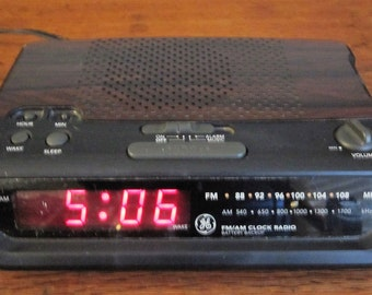 Vintage General Electric AM-FM Alarm Clock Radio With Battery Backup Model 7-4613B