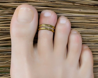 Gold toe ring. foot accessories. foot ring. adjustable toe ring.