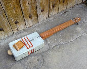 Cigar Box guitar: Box old metal / read / 3 strings