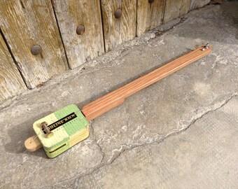 Cigar Box guitar: Box old metal / Holine B.O.N. / 1 rope