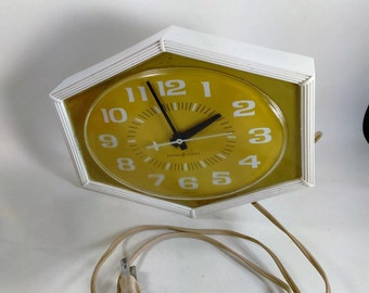 General Electric Kitchen Clock/Green And White/Retro/Plastic/Works/120 Volts