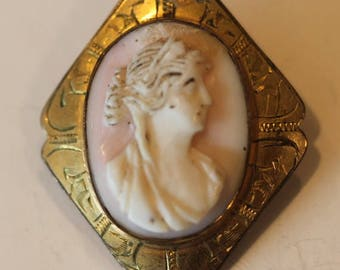 Old vintage gold plated Victorian lady carved cameo shell pin brooch needs cleaning