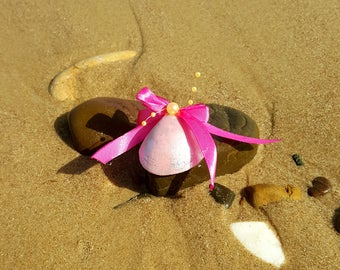Seashell wedding favor pink and silver with Fuchsia bow, smooth Shell