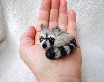 Needle felted racoon brooch - Wool brooch - Miniature felt racoon