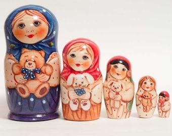 Matryoshka 5 pcs Vera with a bear. Russia matreshka.Originalny birthday or Christmas gift and suvenir.Ruchnoy doll. Home decor ideas.