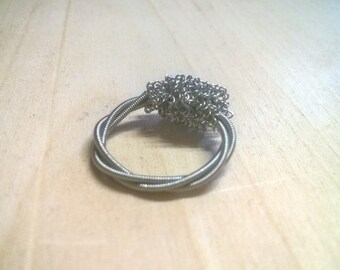 Guitar string ring with voluminous topping