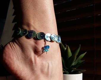 Elastic anklet in blue-turquoise and natural mother-of-Pearl buttons