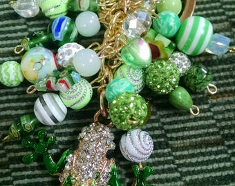 Green tree frog beaded bag charm.