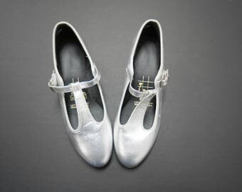 LIKE NEW!!!   tictactoes . 80s 90s silver leather T-strap mary jane dancing shoes . size 6 1/2 . made in USA