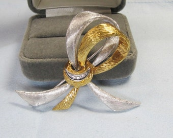 Stylish 18Kt Two Tone Bow Pin with Diamonds