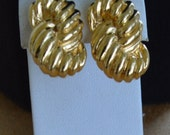 On sale Classic Vintage Gold tone Knot Screwback Clip Earrings, Napier (A7)