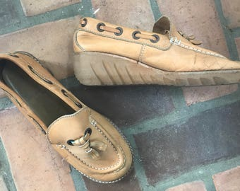 1970s Vintage Leather Platform Trotters Tassel Shoes  7 1/2 - 8