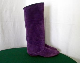 Sz 7.5n Vintage Tall Purple Suede 1980s Women flat slouch boots.