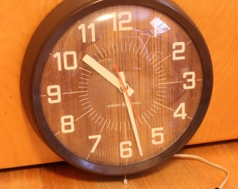 Vintage General Electric round brown wall clock wood pattern background works