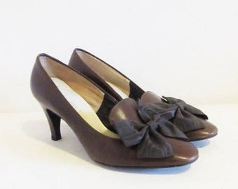 40% OFF SALE Vintage Brown Leather Pumps / 60's 70's Woman's Size 7 Classic Shoe Clip Bow Heels