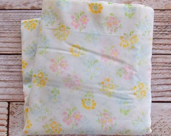 Vintage Full Flat Sheet / Pastel Floral / Vintage Bedding / Quilting Cutter