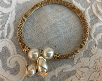 Vintage Gold Mesh Bracelet with 2 Round and 2 Teardrop Pearls.  Gold Mesh Clasping Bracelet with dangleing pearls.