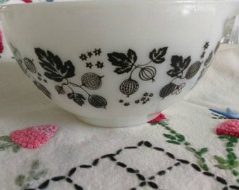 Vintage black and white pyrex  gooseberry mixing bowl mid century small1 1/2 QT black pyrex leaf bowl  by herminas cottage